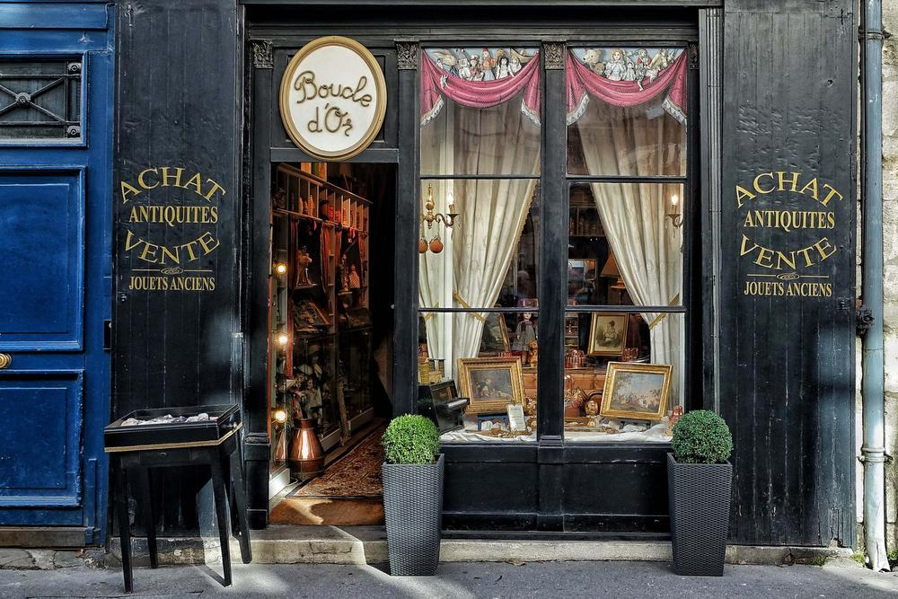Een antiekwinkeltje in de rue de la Scellerie. (foto Nolfinarium)