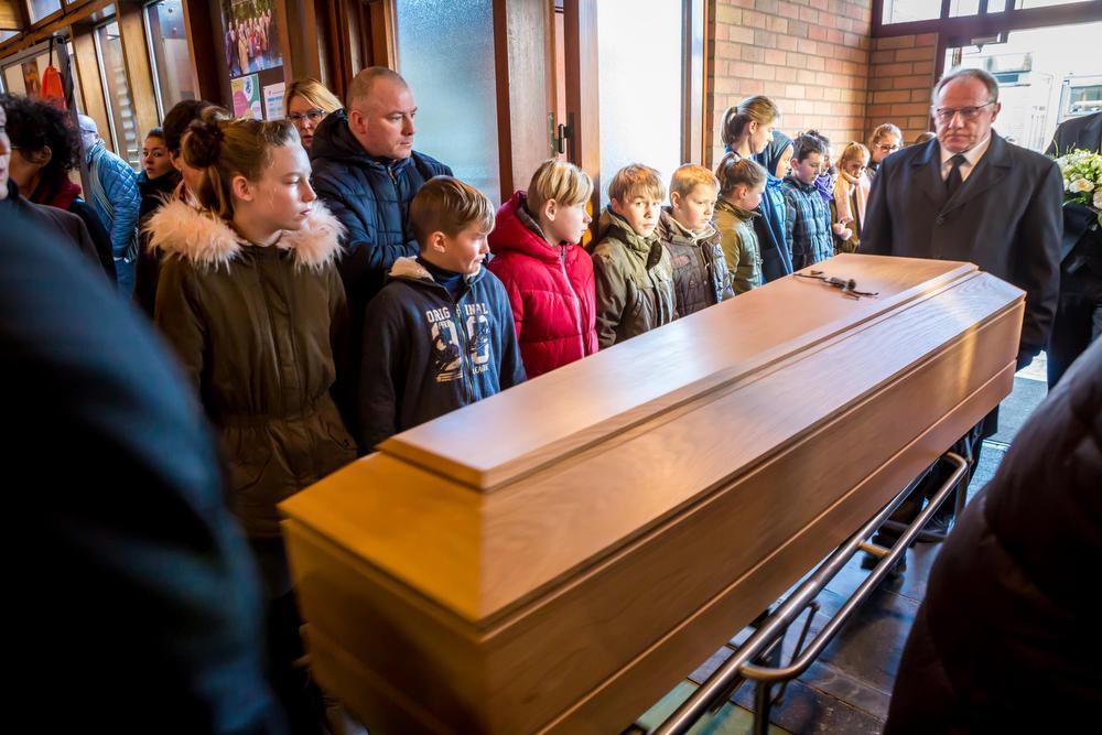 Een erehaag van kinderen vormde zich bij het naar binnen brengen van de kist.