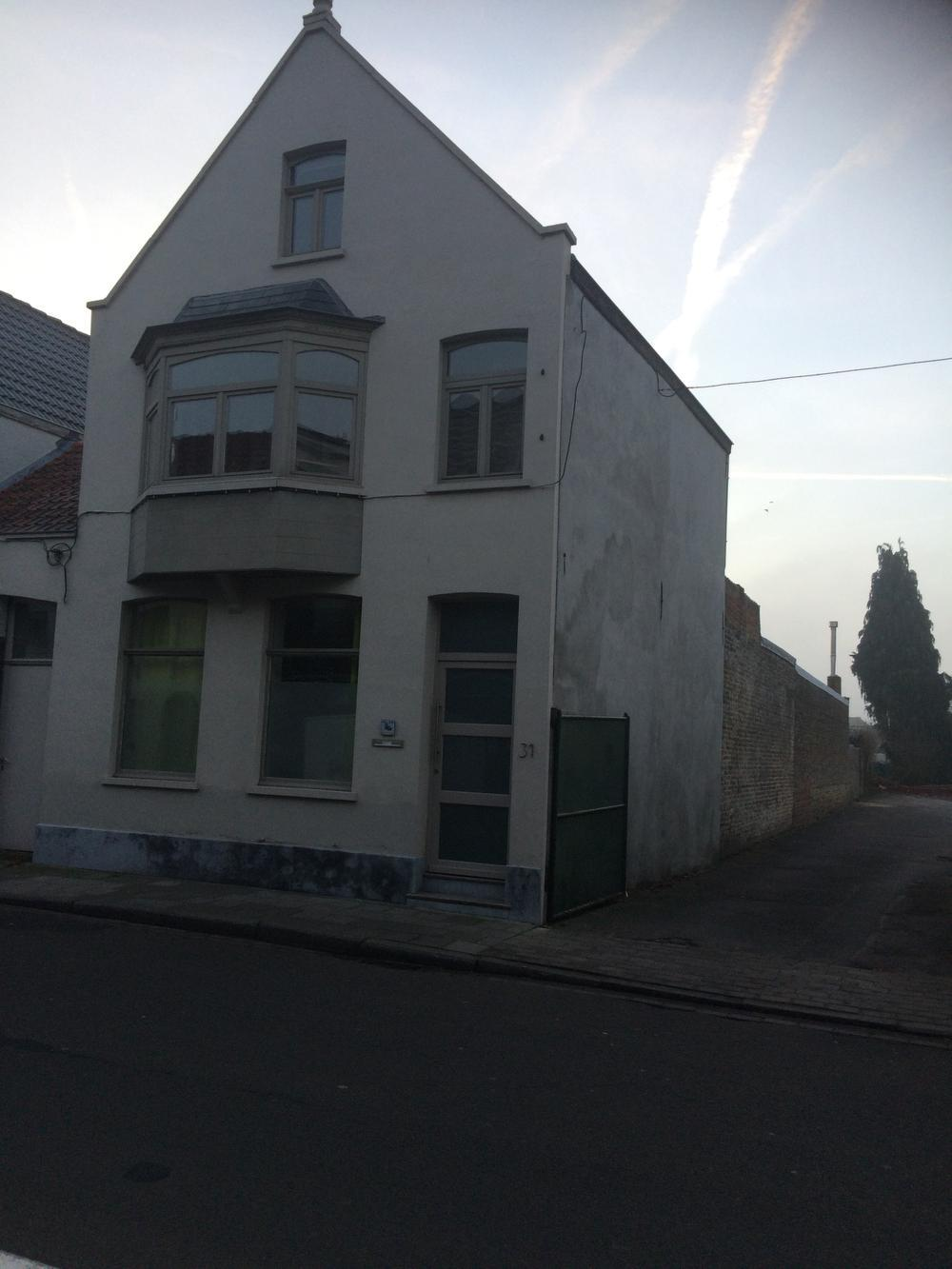 Dit pand, naast café Bij Fons, kocht de gemeente aan om plaats te maken voor de nieuwe doorsteek. (Foto IN)