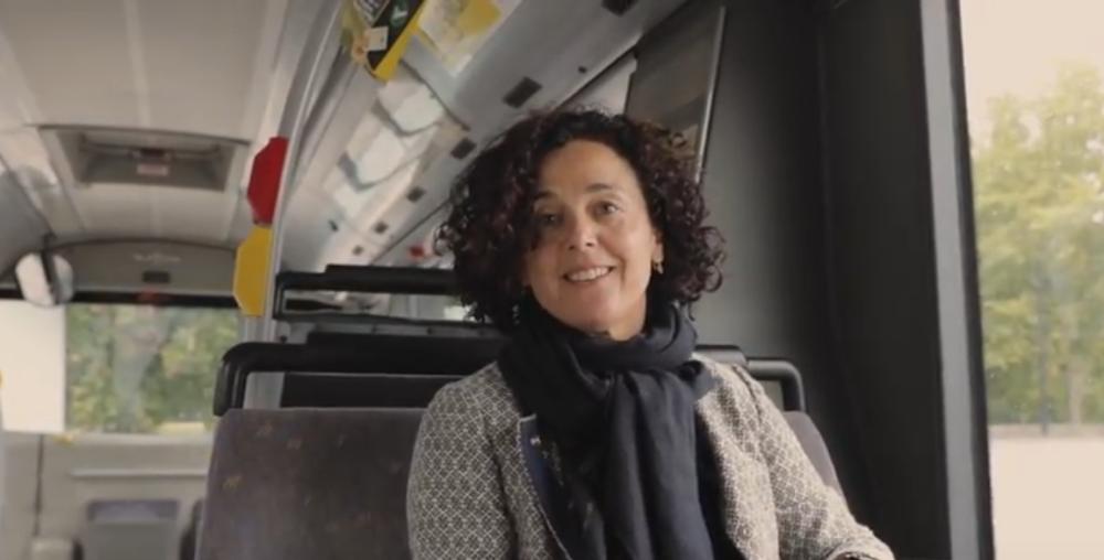 Parlementslid Annick Lambrecht in de bus.