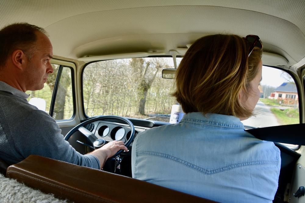 Onze chauffeur is tegelijk ook onze gids. Hij kent leuke weetjes over de streek.