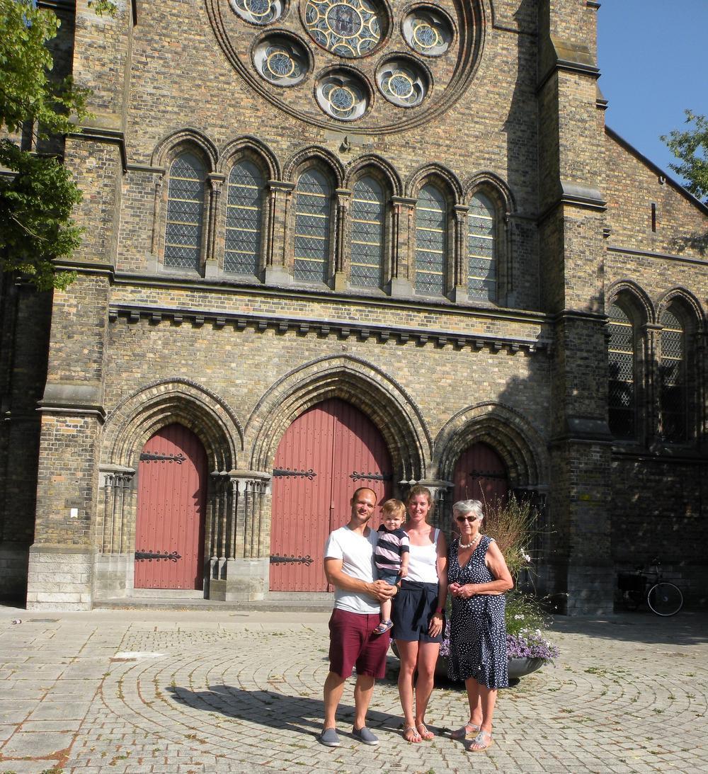 Mimi (rechts op de foto) samen met haar kleindochter Charlotte die met haar man Manuel en hun zoontje Jean-Baptiste op bezoek was.