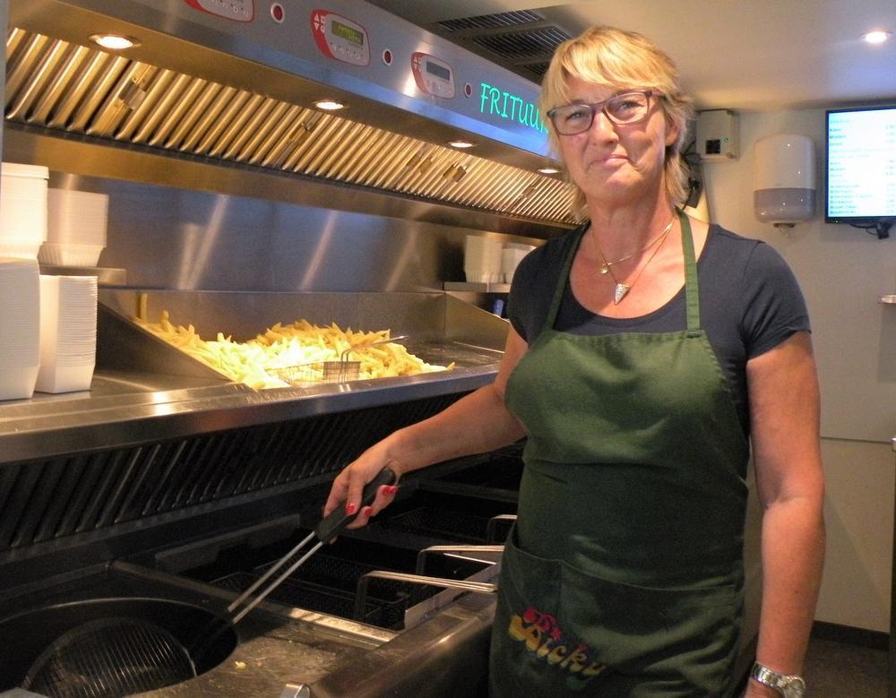Christel Wante bakt al 34 jaar frietjes in frituur Groeninghe op de hoek van de Veemarkt en de Zwevegemsestraat.