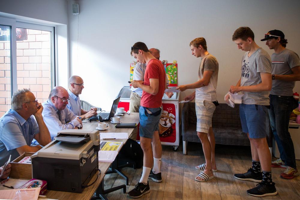 De renners schuiven in café Godjes aan om zich in te schrijven voor de wedstrijd ©SD