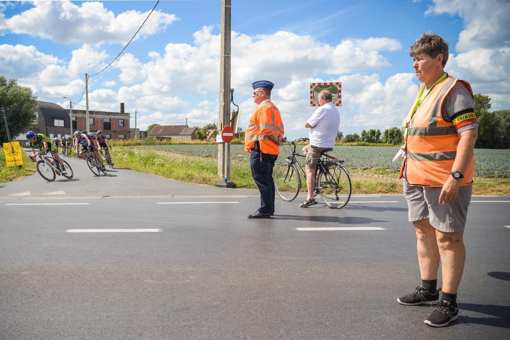 Seingeefster Nicole stopt het verkeer terwijl de renners hun bocht nemen ©SD