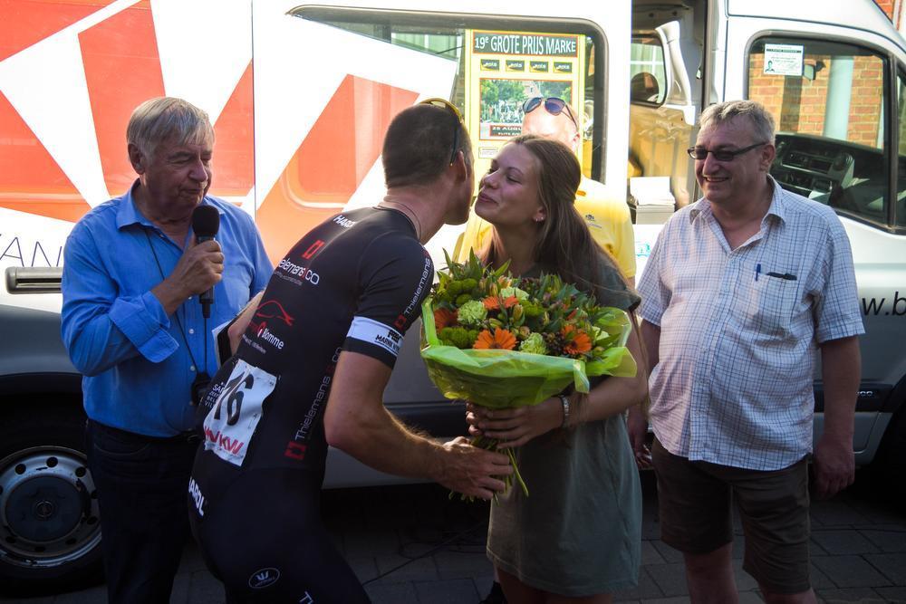 Winnaar Niels Vandyck krijgt kussen van bloemenmeisje Julie ©SD