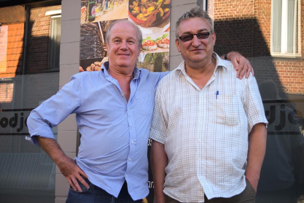 Bart Clicque en Ronny Desmet poseren na de koers voor café Godjes ©SD