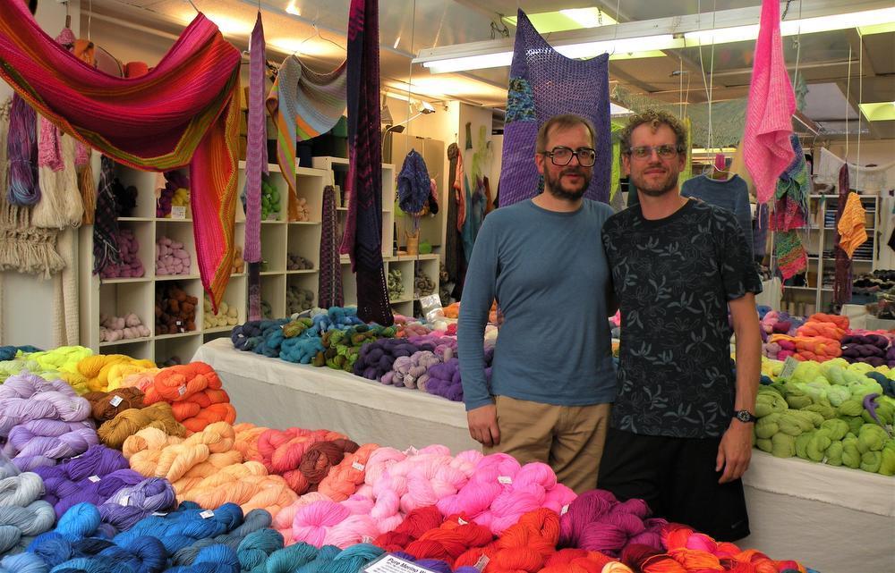 Bart en Francis in hun winkel die maar één weekend per maand open is
