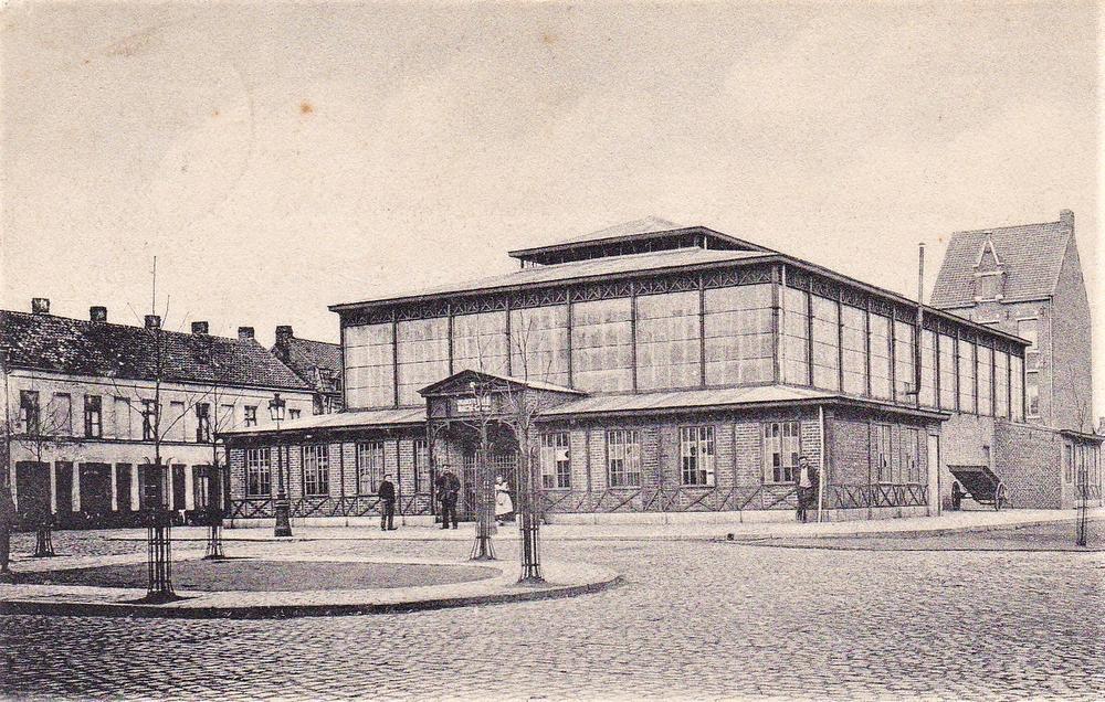 Op het Sint-Amandsplein werd in 1899 een markthal gebouwd. Maar uiteindelijk hebben ze die hal weer moeten afbreken.