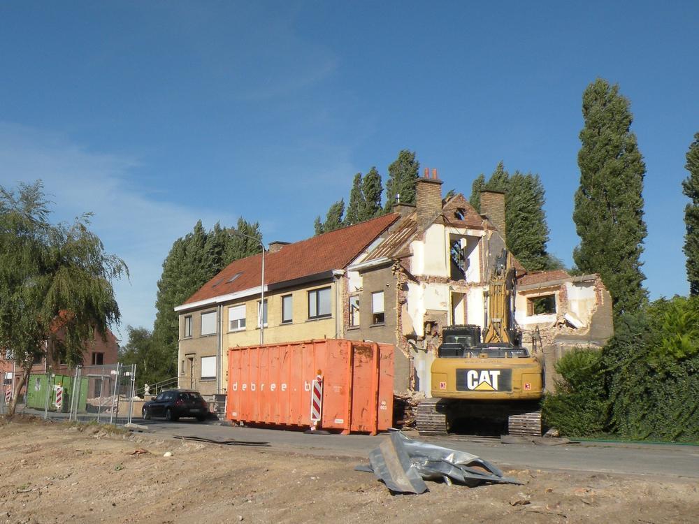 In de buurt waar Patrick Noppe woont is men begonnen met de afbraakwerken van enkele huizen die al jaren leeg staan.