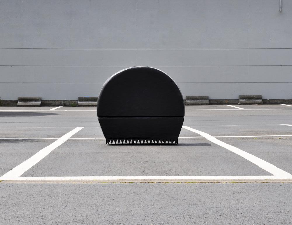 De sculptuur GORST op een verlaten parking.