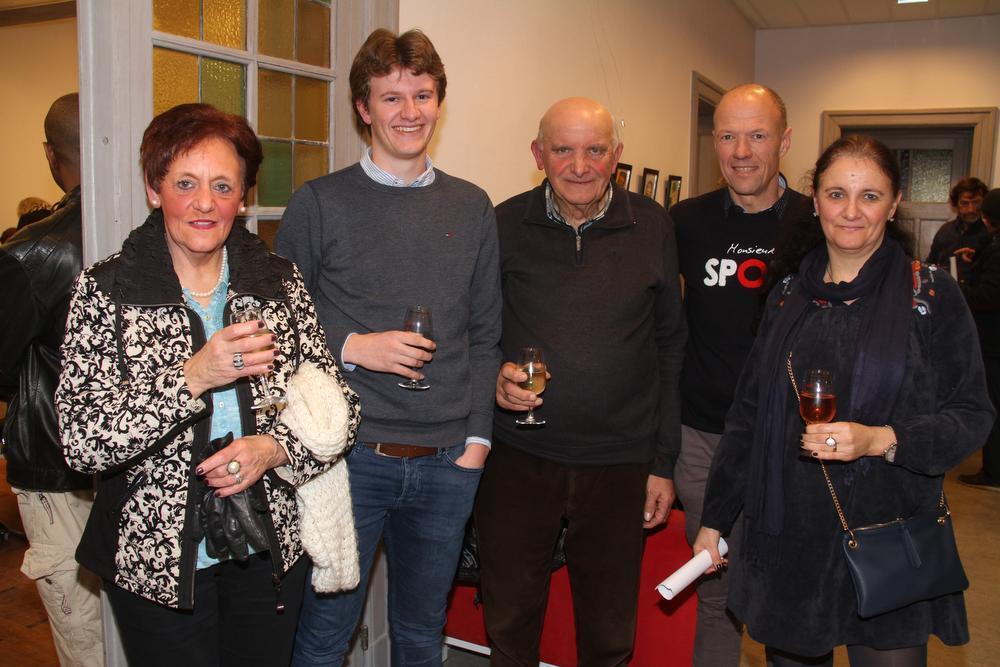We zien v.l.n.r. oma Ginette Vermeersch, Tristan Bruynsteen, opa André Top, vader Kurt en moeder Kathy Top. (foto pco)