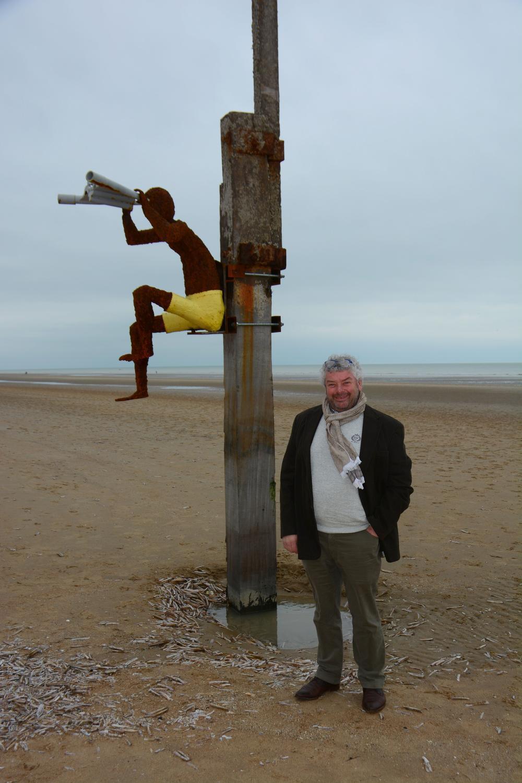 Marc bij zijn 'Berten met een verrekijker', een creatie die deel uitmaakt van Getij-Dingen op het strand in Sint-Idesbald en nog tot eind november te bezichtigen is.