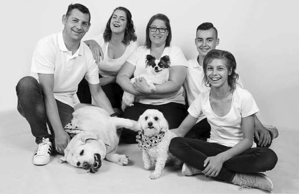 Een gezinsfoto om te koesteren. We herkennen van links naar rechts papa Kris (met hond Eddy), Lauren, Sofie Neels (met hond Harley), Beau en Sam (met hond Milo).