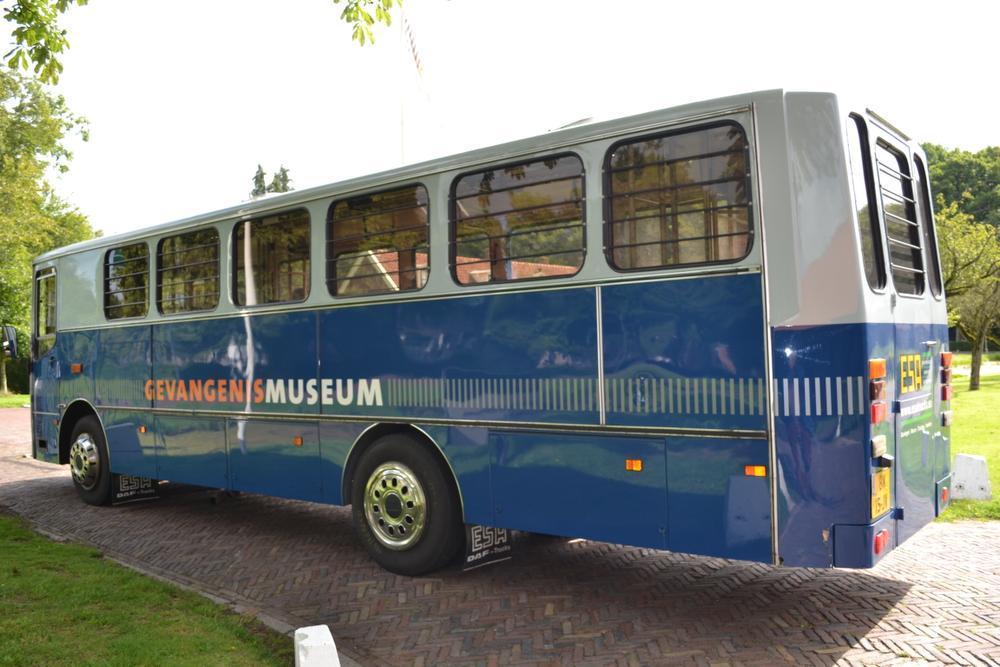 De boevenbus brengt de bezoekers naar de voormalige gevangenis, dat nu een museum is.