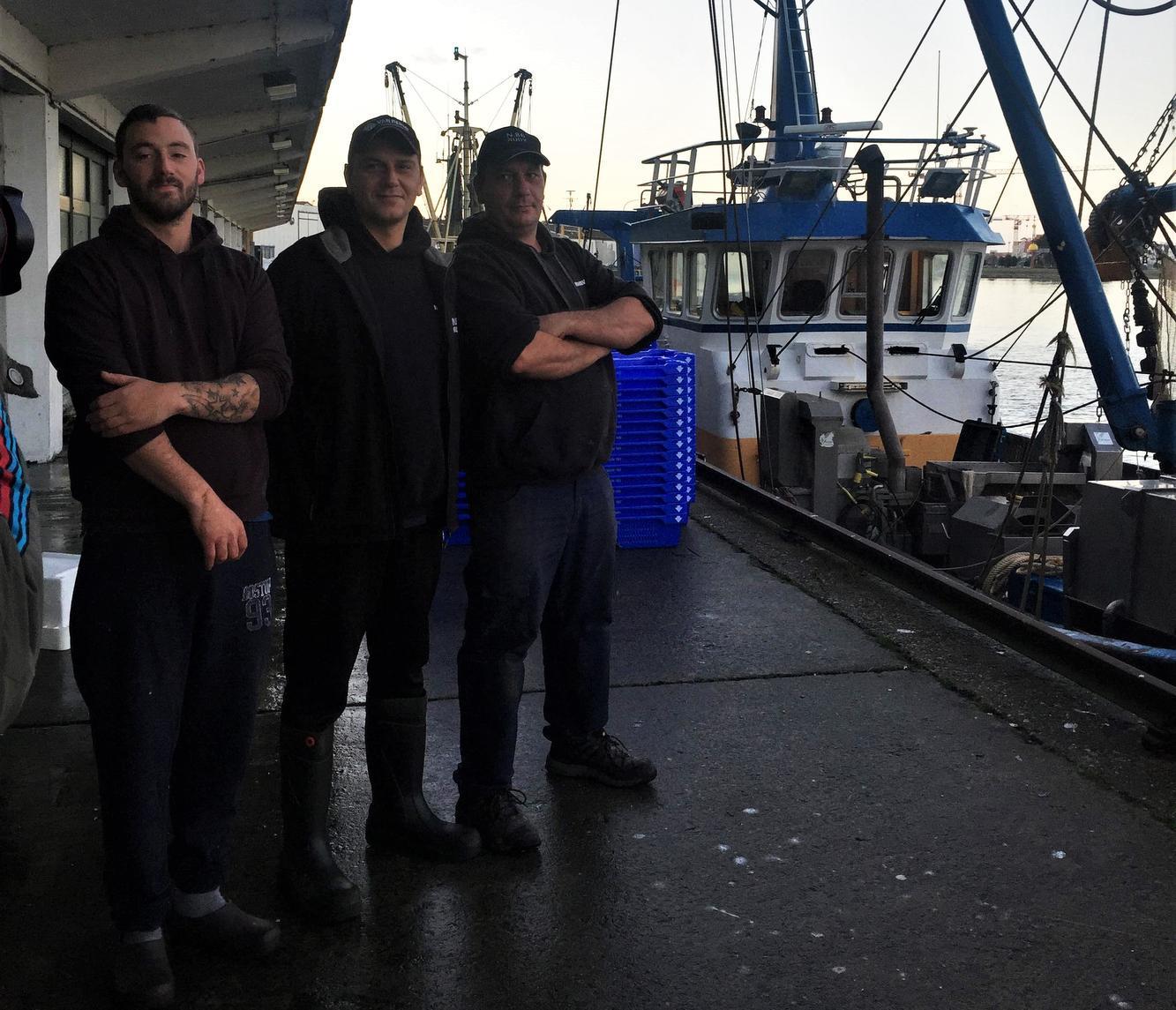 Kevin (links) naast zijn nieuwe schipper Rudy Beuckels en eigenaar van het schip Gregory Arnoys.