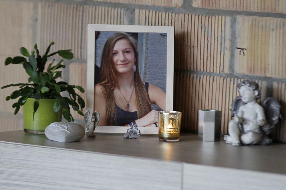 De foto van Sarah heeft een prominente rol in de huiskamer bij Kris en Katrien. (Foto Coghe)