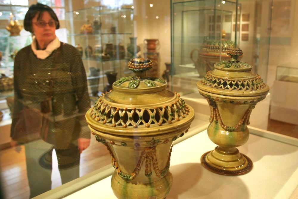 In kasteel Ravenhof bevindt zich het Torhouts museum voor het aardewerk.