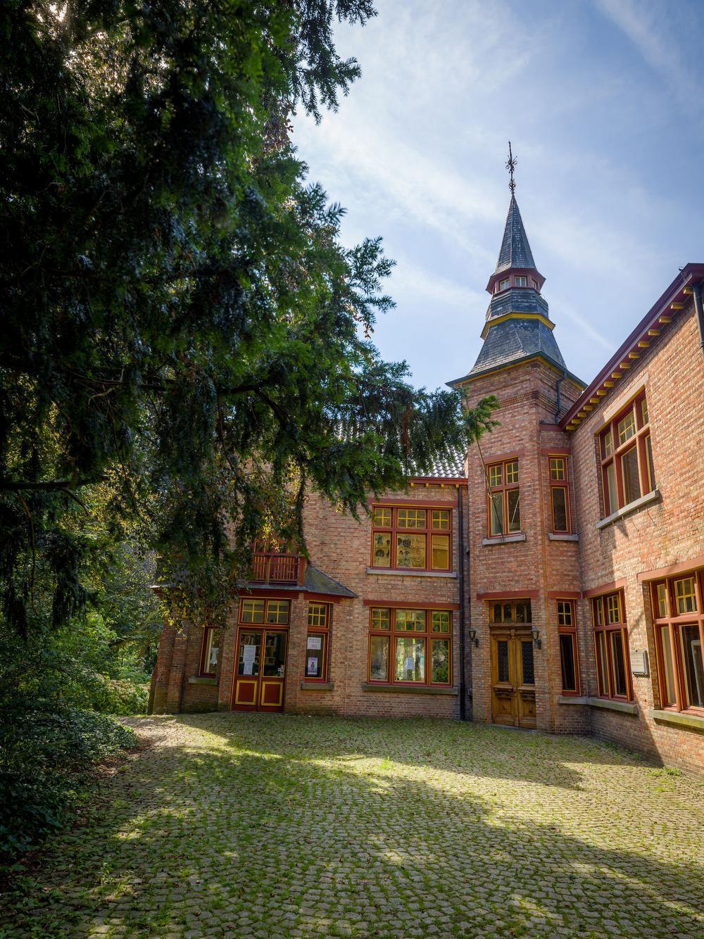 Het aangename Ravenhofpark herbergt een kasteeltje