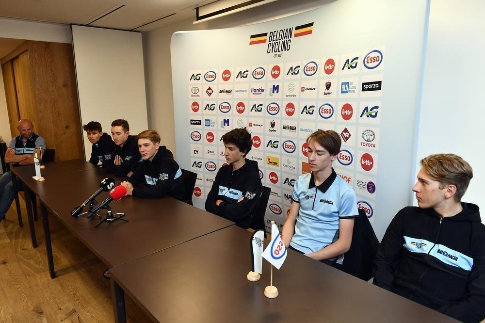 Vandenabeele (rechts) vorig jaar op de persconferentie voor het WK bij de juniores met landgenoot Remco Evenepoel. (foto Belga)