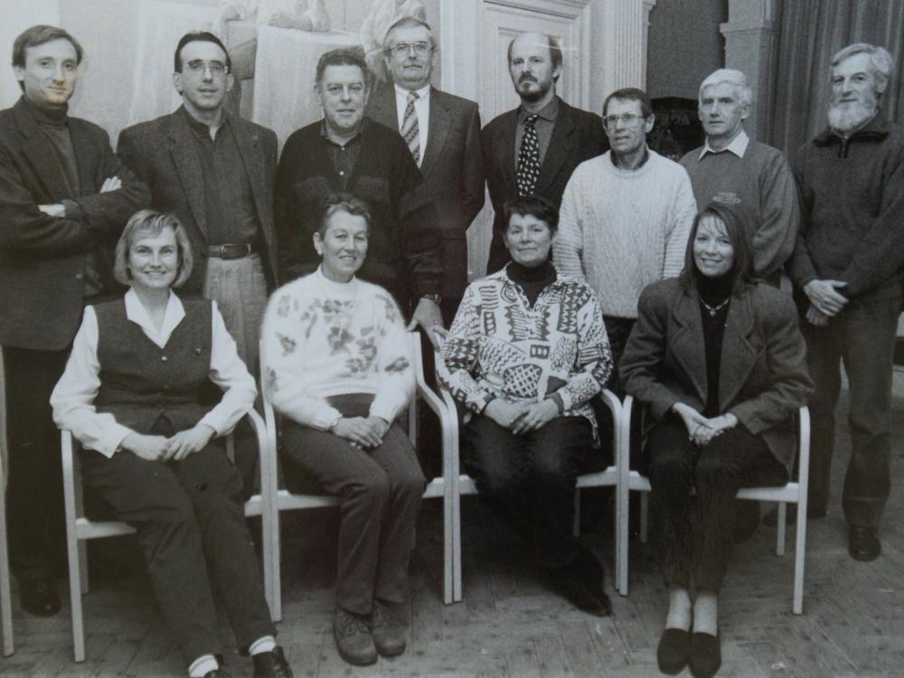 Het allereerste bestuur van de gidsenkring in 1989.Van links naar rechts staande:Johonny Monteyne, Dirk Beirens, Marcel Braet, Etienne Mares (beschermcomitélid), Marc loy, wijlen Jacques Fonteyne, René Van der Cruyssen, Pierre Claes (beschermcomitélid). Zittend Martine Quaegebeur, Rita Werbrouck, Maria Vieren, Patricia Veris.