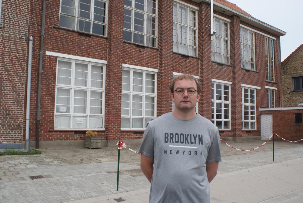 Directeur Jan Candaele voor het schoolgebouw in Gijverinkhove: