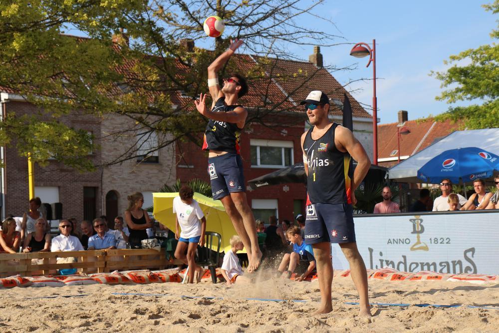 Louis (aan de opslag) en Lander Vandecaveye spelen het liefst op de Grote Markt van Kortrijk. Hier zijn ze in actie op het zand van Menen.