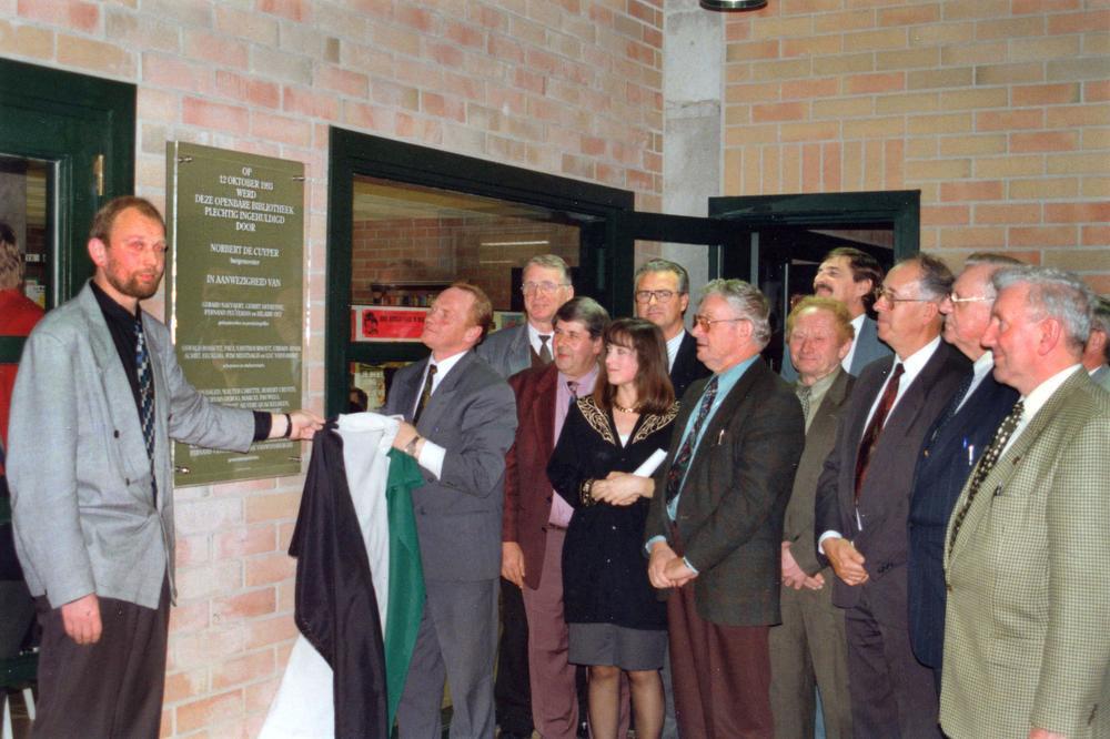 De officiële opening van de stadsbibliotheek op dinsdag 12 oktober 1993 met links de toenmalige schepen van Cultuur Paul Vanthournout en - met vlag - burgemeester Norbert De Cuyper.