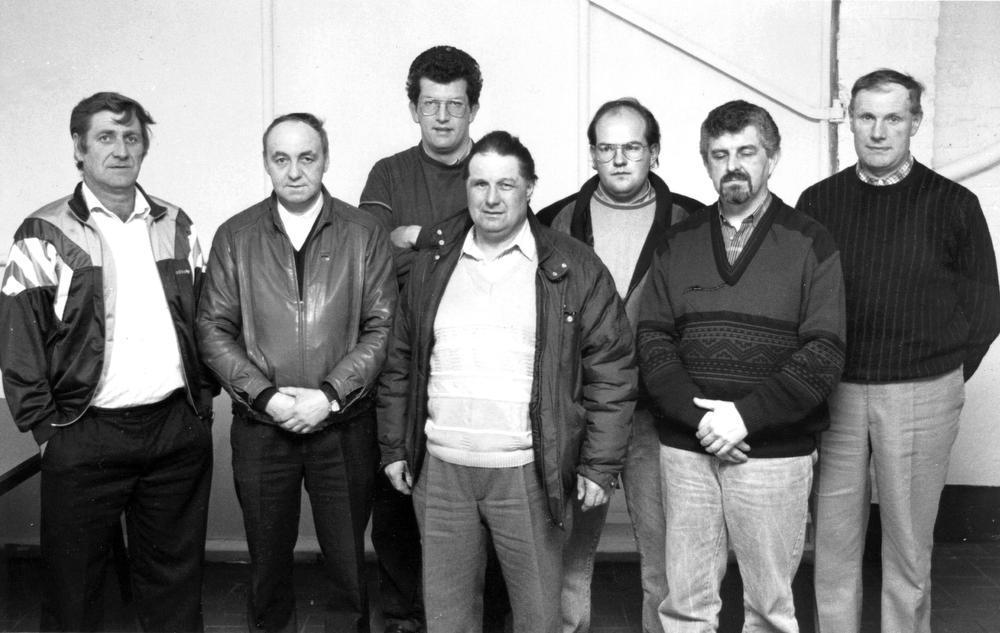 Het bestuur van Wijnendale Sportief eind februari 1992, een dikke zesentwintig jaar geleden : v.l.n.r. Gilbert Vermeersch, wijlen Roland Vanmassenhove, Kris Vergote, Robert Pollin, Koen Vanluchem, Paul Lingier en Gabriël Mylle. Toen stond het zilveren feest voor de deur.