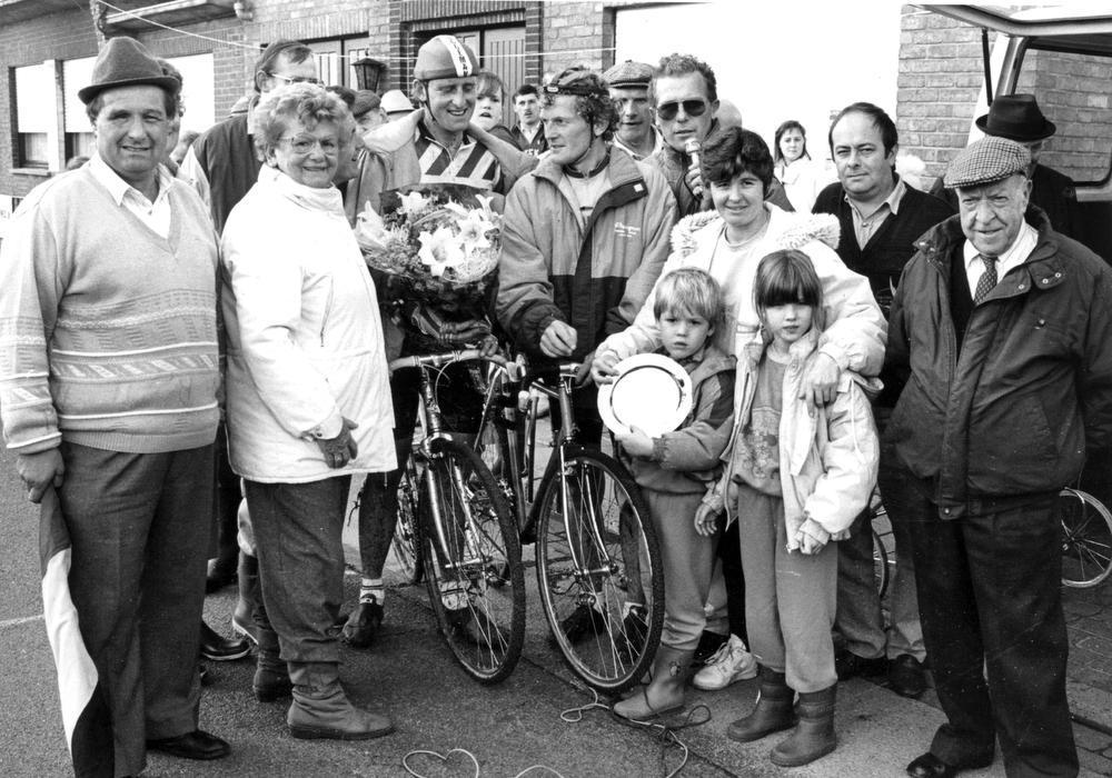 Een foto uit oktober 1991, toen wielerclub Wijnendale Sportief op het gehucht De Sparappel een veldrit organiseerde: links voorzitter Robert Pollin en als renner rechts in het midden Gilbert Vancompernolle met naast hem zijn broer, wijlen omroeper Jos Vancompernolle.