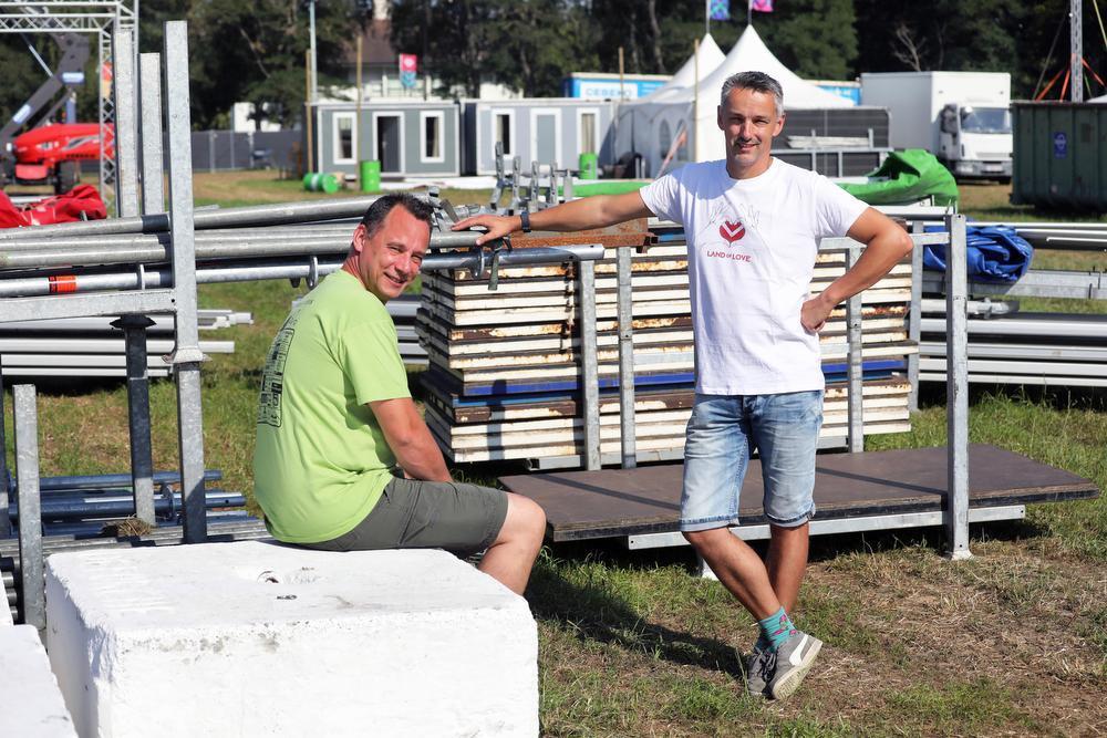 De broers Christophe (links) en Frederik Desmet op de weide van Land of Love in Torhout. Dit weekend hebben ze elk hun festival.