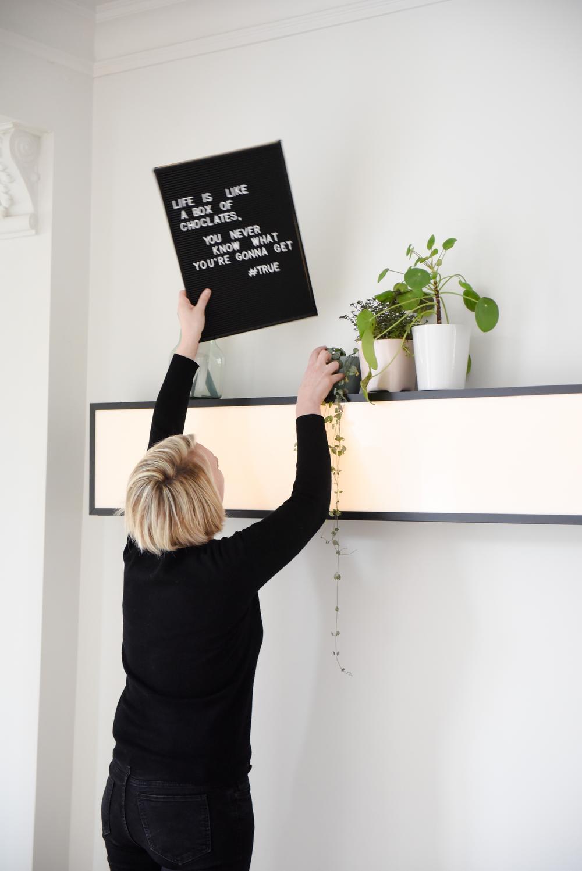 Els houdt ervan om alle details in huis regelmatig aan te passen, zoals het tekstbord boven de lange lichtbox.