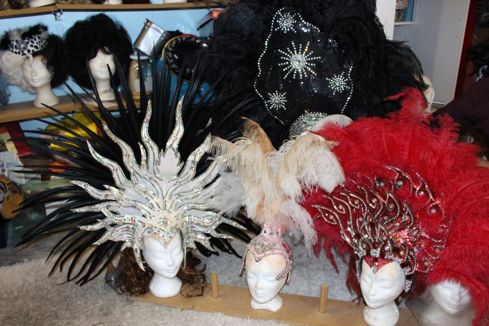 Een grote pruikencollectie behoort tot de outfits van Miss Zarina. Nu eens blond, dan weer zwart of ook wel roodharig.
