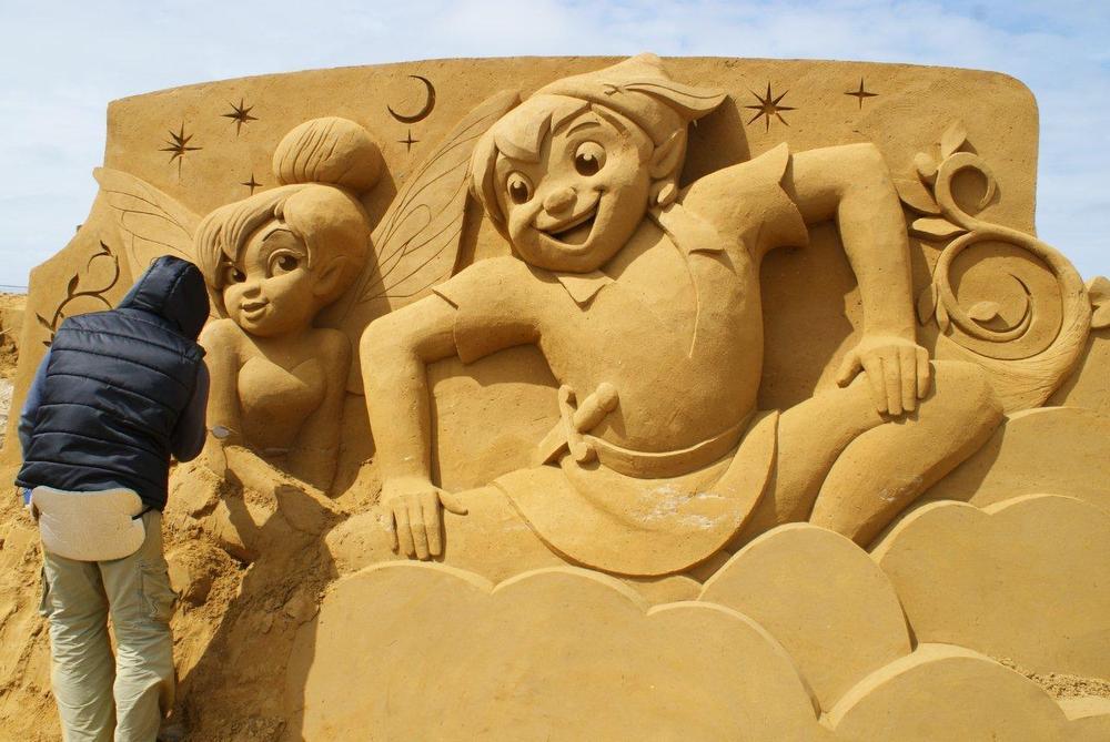 Klassiekers uit Disneyland uit zand op het strand