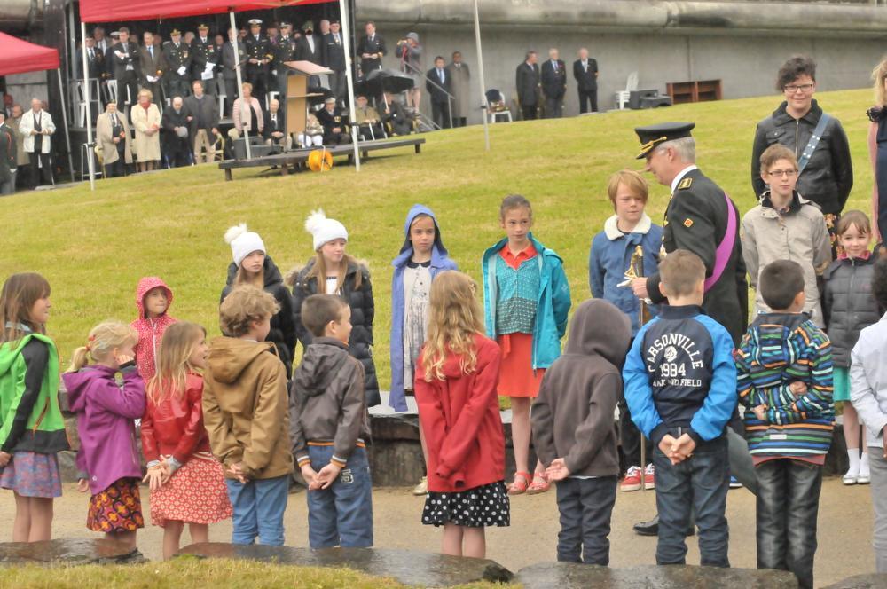 De kinderen van Freinetschool De Levensboom in Marke vormden een erehaag voor de koning. (Foto LO)