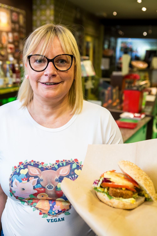 Ann Van Waes met een vegan burger.