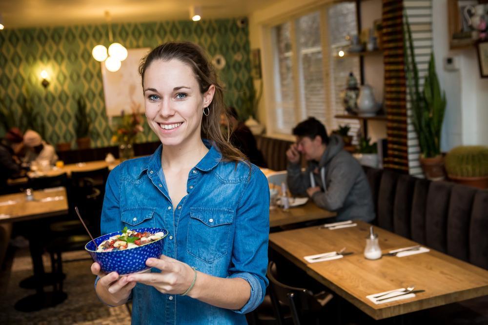 Silke Nagels met een ontbijtbowl bij Bagelsalon Sanseveria.