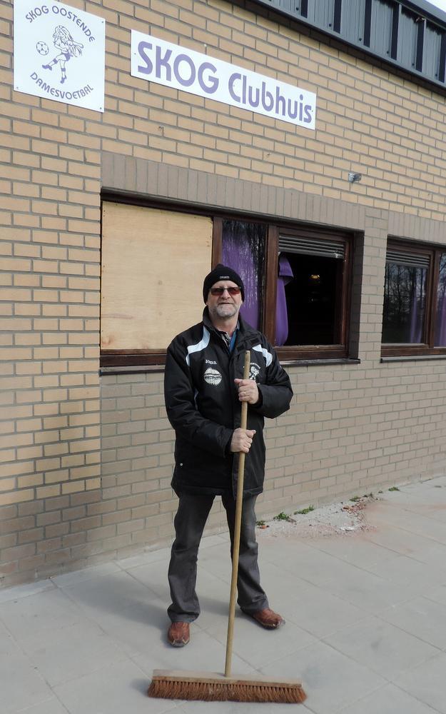 Voorzitter Roland Vanleke van SKOG moest zelf scherven opruimen en nog maar eens houten plaat plaatsen.