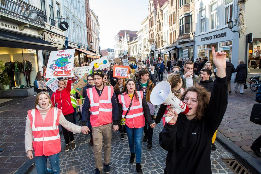 VIDEO - 1.500 scholieren nemen deel aan Brugse klimaatmars