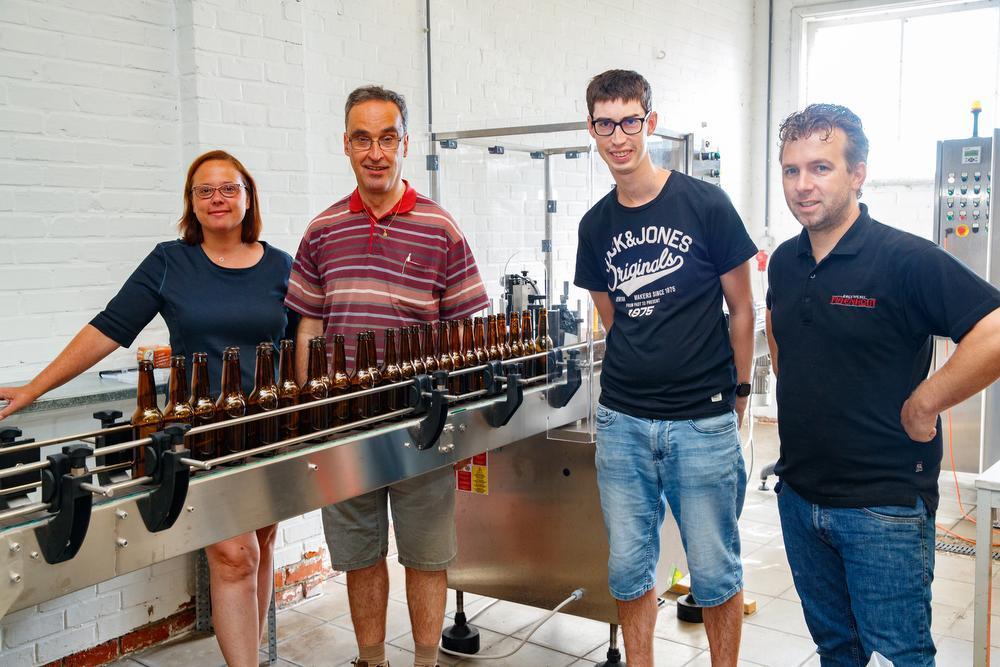 Brouwerij Maenhout stelt ook een drietal bewoners van Mivalti te werk. Hier zie je Birgit en Thijs bij Bart Van Eeghem en Dennis Desendre.