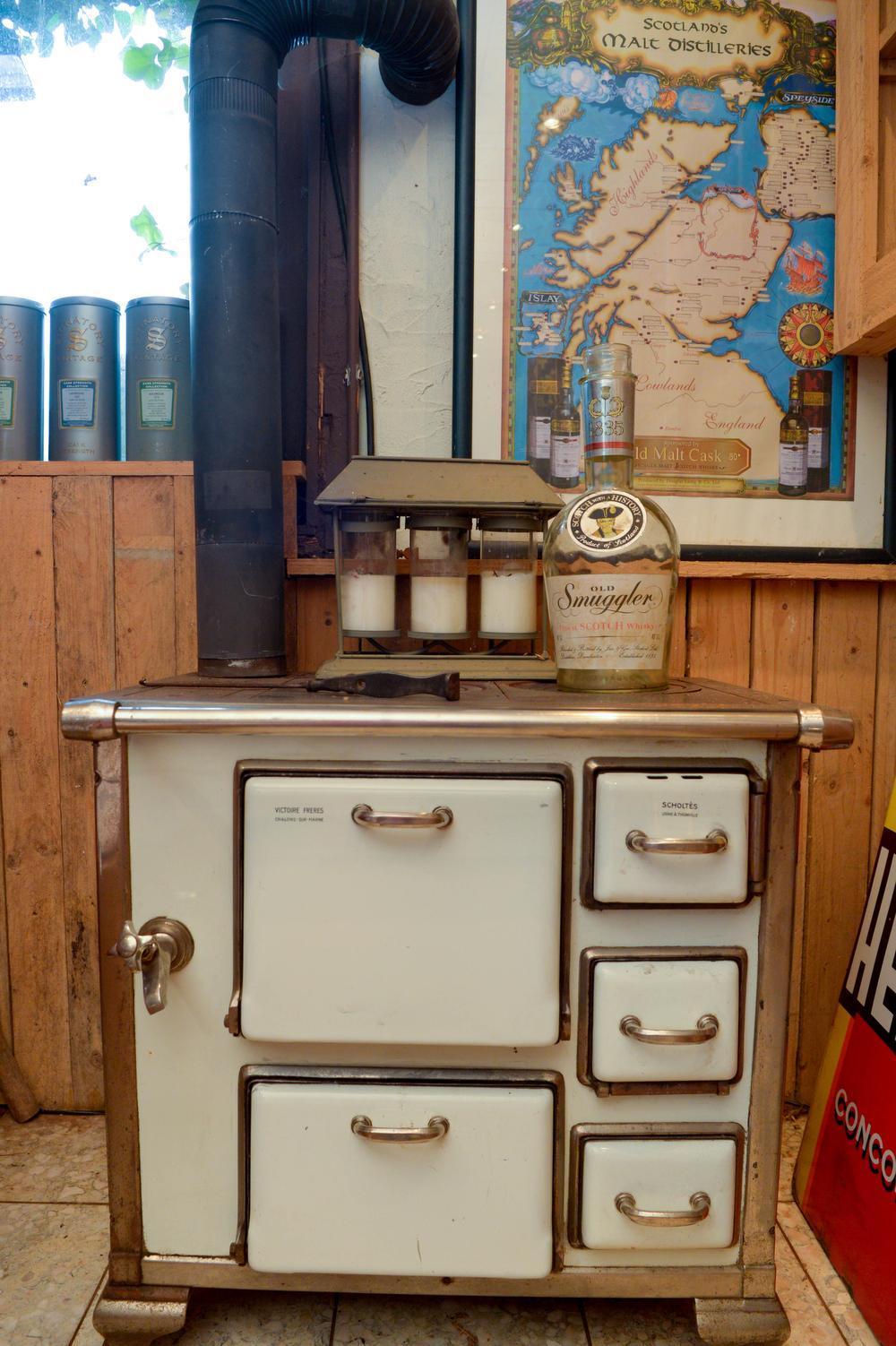 Onder andere dit oud kookfornuis siert het interieur.