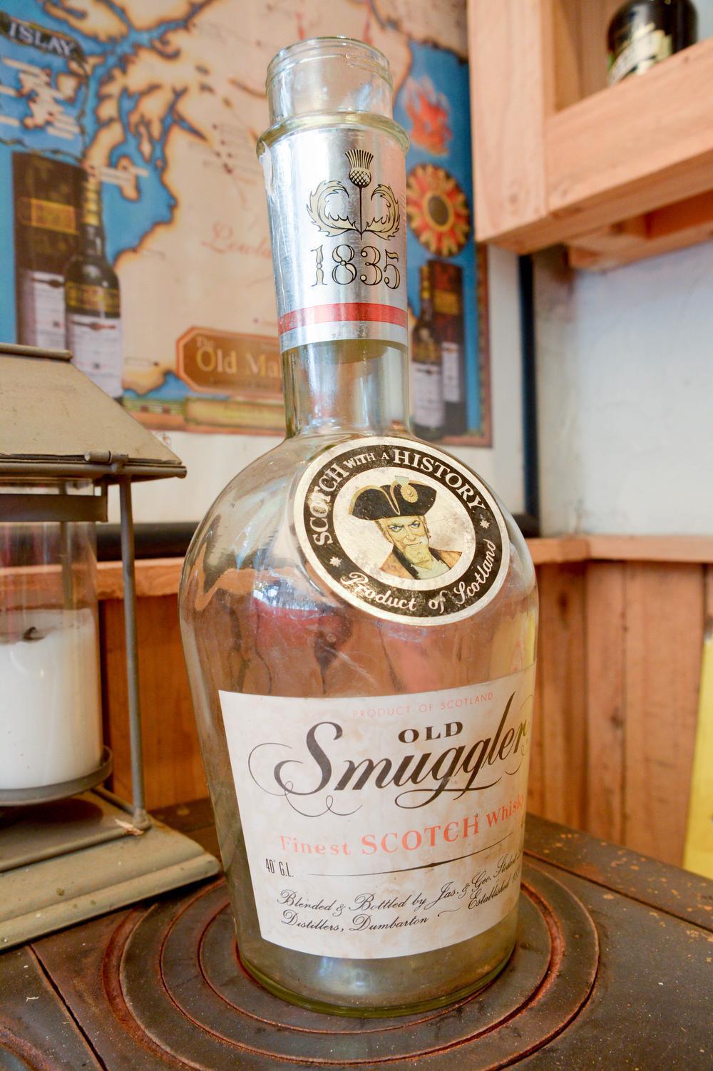 Een fles Old Smuggler. Daar haalde de club de inspiratie voor haar naam.