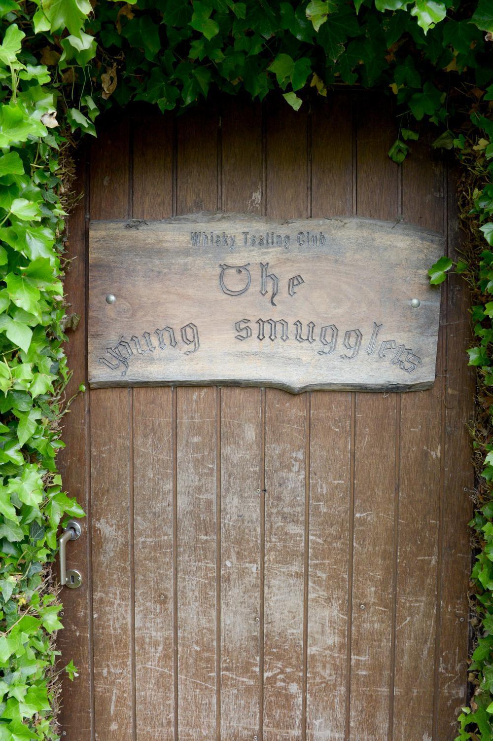 De toegangdeur tot het clubllokaal lijkt zo weggelopen uit The Lord of the Rings.