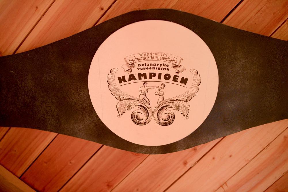 Enkele jaren geleden won de whiskyclub De Belangrijke Strijd der Ingelmnustersche Vereeniginghen. De trofee pronkt aan het plafond.