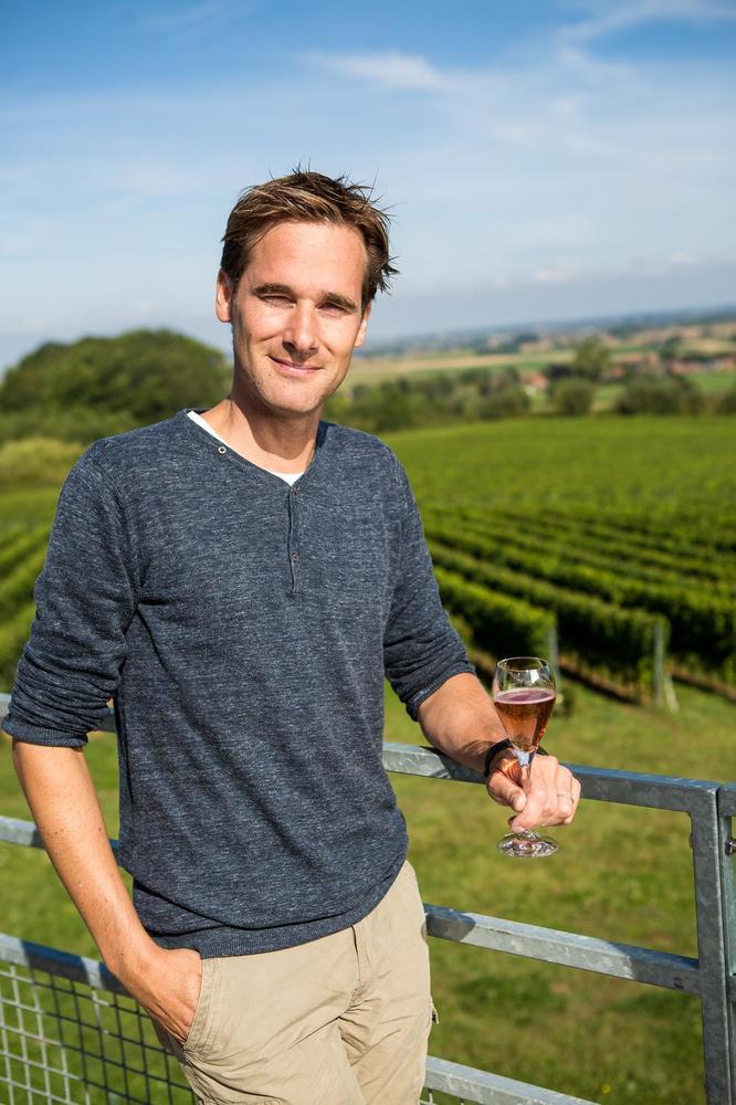 Martin Bacquaert (38) van Entre-Deux-Monts, met 18 hectare de grootste wijnbouwer van de provincie.