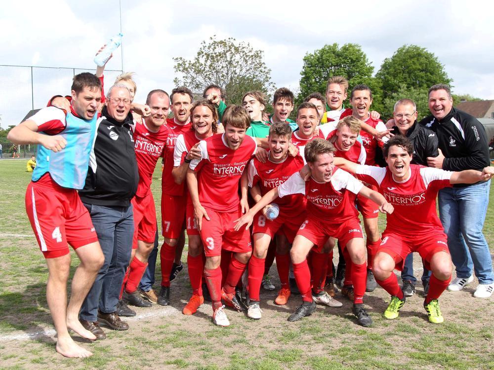 De Haan wipte SV Loppem en dat leidde tot een feestje. Al staat de promotie nog niet vast.