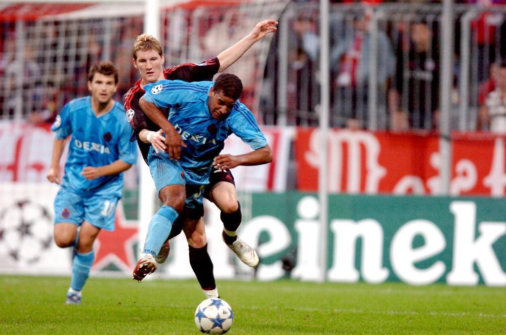 Bayern-vedette Bastian Schweinsteiger brengt Jason Vandelannoite ten val. Ivan Leko kijkt op de achterrond toe.