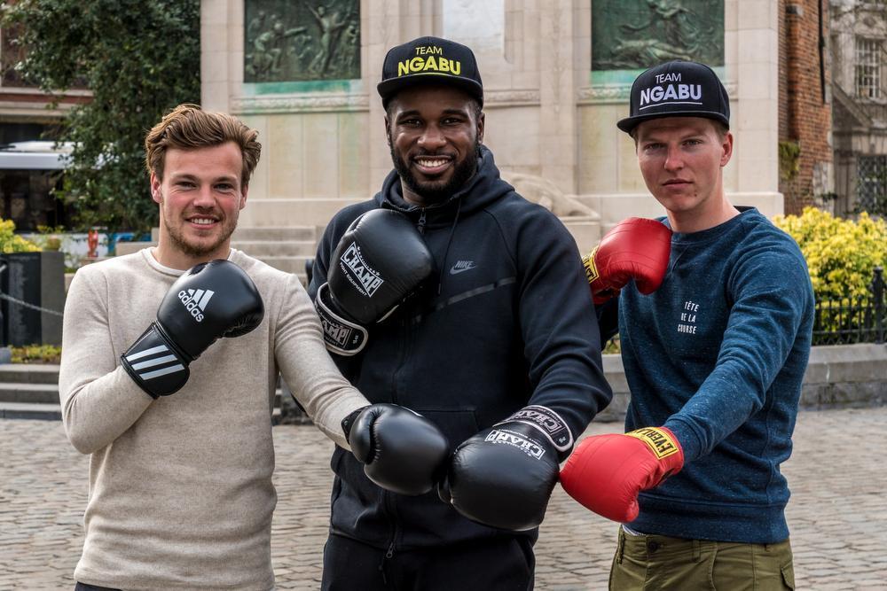 Kristof D'haene en wielerrenner Zico Waeytens zijn vriend en fan van de boksende voetballer Yves Ngabu. (Foto a-KDS)