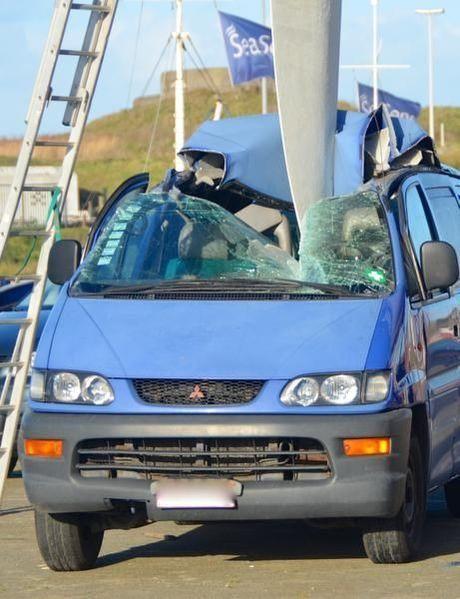 Roer van zeilschip boort zich binnen in auto in Oostende