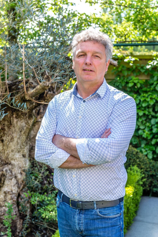 Gino Caen in zijn tuin in Beveren-Roeselare.